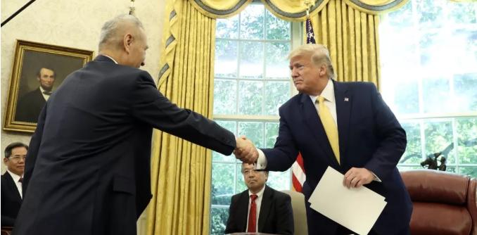 刘鹤副总理与特朗普会面握手