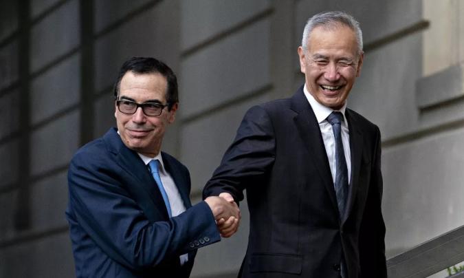 美国财政部长史蒂文·姆努钦(R)与中国副总理刘鹤握手