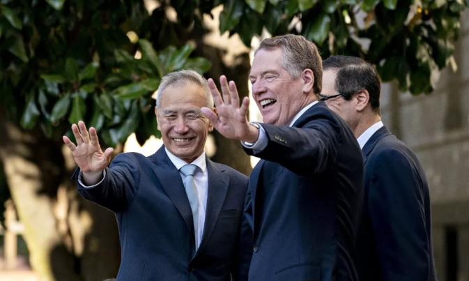 中国副总理刘鹤(Liu He)和美国贸易代表罗伯特·莱特希泽(Robert Lighthizer)向媒体成员致意