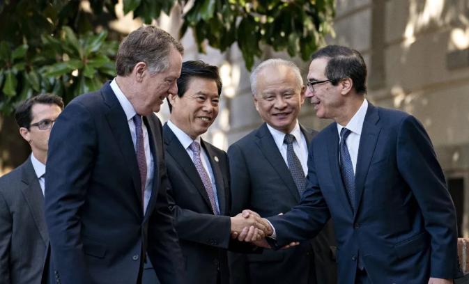 美国财政部长史蒂文·姆努钦(R)与中国商务部长钟山(第二名)握手